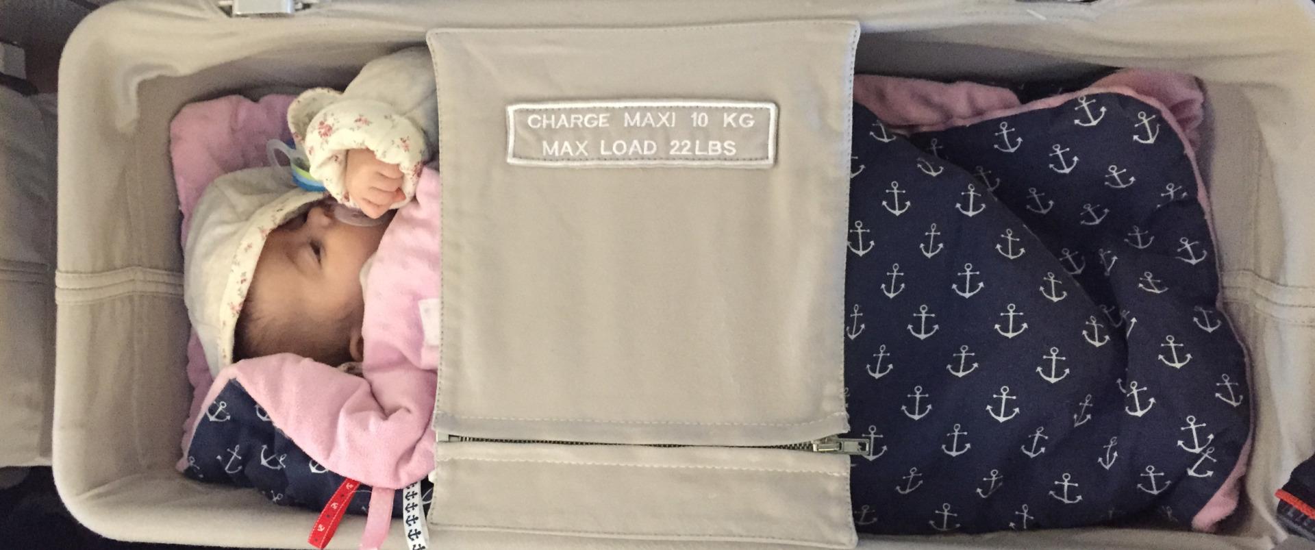 łóżeczko niemowlęce w samolocie