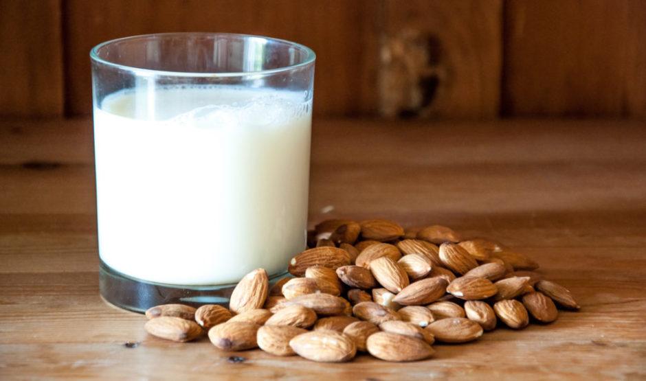 mleko migdałowe. mleko rośline