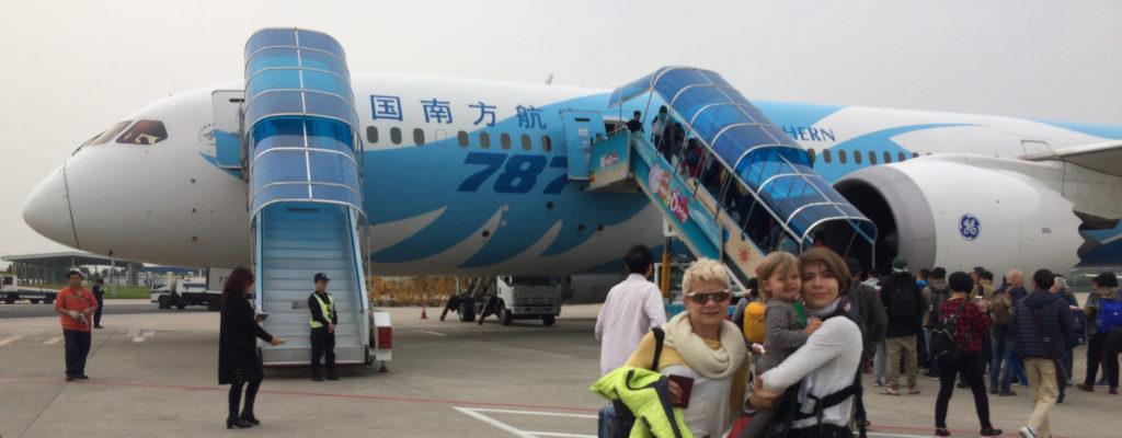 rodzina przed samolotem w Pekinie