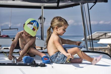 dzieci na pokładzie katamaranu