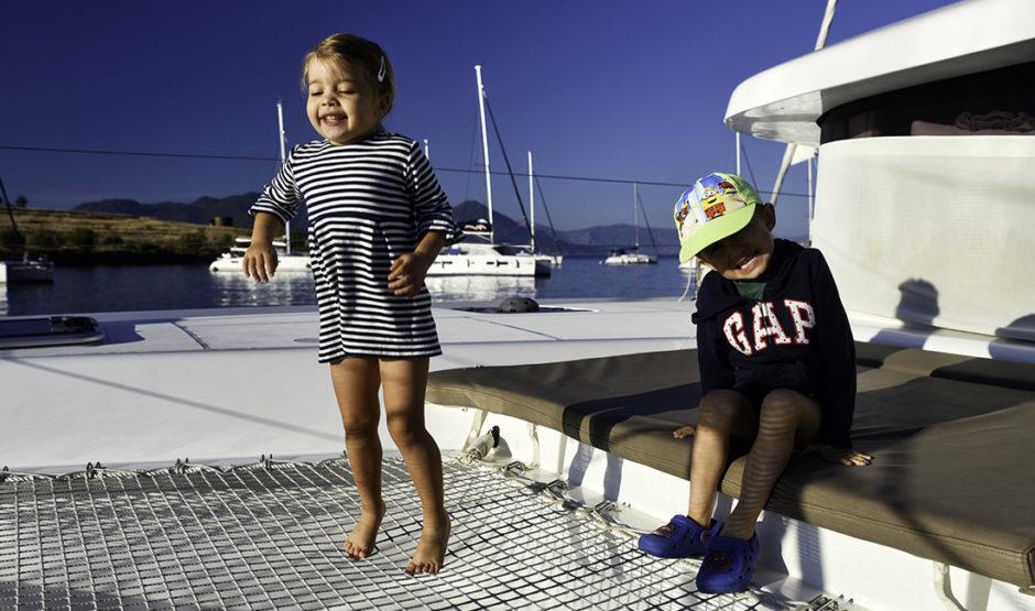 dzieci na katamaranie skaczą na siatce