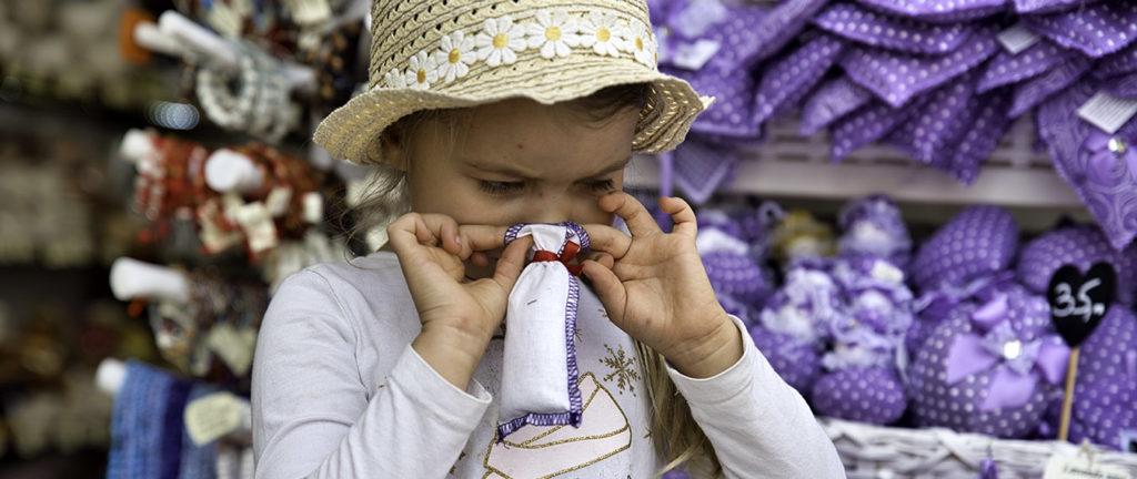 Dziewczynka wąchając woreczek z lawendą